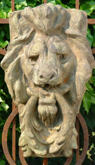 37502 Lion with Wreath